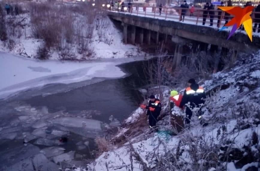 В Перми машина с мамой и двумя детьми скатилась с обрыва в реку