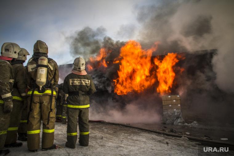 Сотрудники МЧС спасли троих мужчин из пожара на Хасана